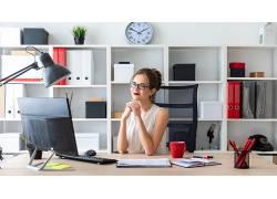 商务办公美女看电脑
