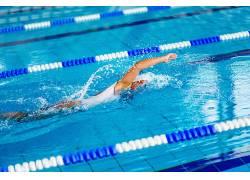 运动美女游泳池