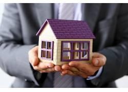 专业人物手捧房屋模型